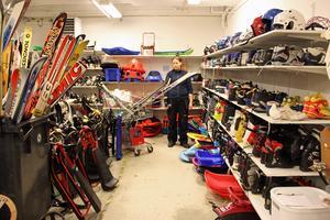 Linda Hedlund plockar fram vinterutrustningar, som pjäxor, skidor, pulkor. I samband med julförsäljningen säljs också vintersaker på Ta till vara.