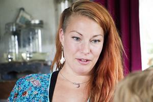 Erika O'Neill har återvänt från Stockholm till sin barndoms Årsunda för att ge dottern Luna chansen till en uppväxt nära både släkten och skog och natur.