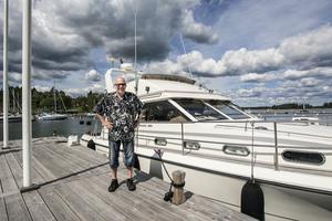 Sten Hollstrand anser att tillverkarna kan bli bättre på att märka sina båtmotorer, till exempel serienummer.