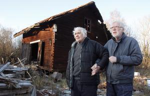 """""""Där uppe under taket hade vi skidorna , men nu har det rasat in"""", säger Villy Östlund (till vänster) om ett av uthusen. Tillsammans med brodern Torgny Östlund återser han barndomsgården Salaborg."""