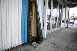 Först bändes väggplåten bort för att kunna komma åt isoleringen och därefter väggskivan innanför.