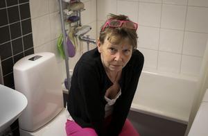 Badkarskanten är för hög för att Susanne Lind själv ska kunna ta sig över den.