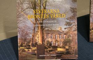 Den faktabok om systrarna Brontë som  paret Ehrling har  översatt. På omslaget prästgården där de växte upp och som nu är museum.