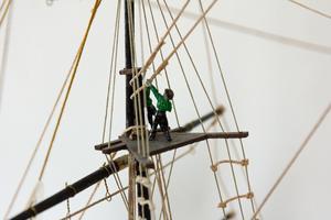 Ombord på Cutty Sark-modellen finns små skalenliga figurer utplacerade.