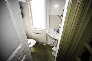 Toaletten på nedervåningen är placerad under trappen vid entrén.