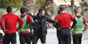 Ian Burchnall instruerar sina spelare. Bild: Fredrik Sjölund/arkiv.