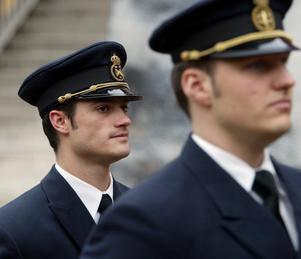 2002. Prins Carl Philip har examinerats som fänrik i marinen vid en pampig ceremoni i Karlskrona tillsammans med 84 kurskamrater. Foto: Jonas Ekströmer/TT