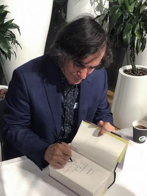 Mircea Cărtărescu signerar på bokmässan. Foto: Bengt Söderhäll.