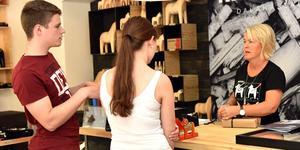 Pia von Seth, till höger, är butiksansvarig. Bilden är tagen 2016 i konceptbutiken du finner i Mora.
