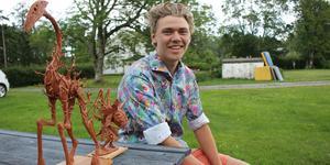 Artonåriga Eric Thorstrand är en av årets debutanter på Ateljérundan på Björkö. Han ställer ut sina lerfigurer.
