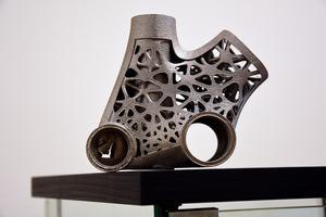 Detalj till cykel i samband med additiv tillverkning där föremål i titan skrivits ut med 3D-skrivare.
