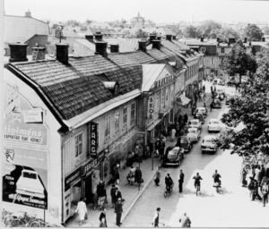 Stora torget Västerås ett par år före rivningen 1962.  Husraden på torgets södra fotograferad från Konsum (Igor).