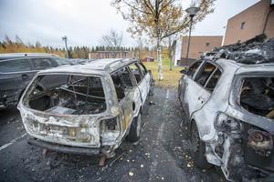 Den misstänkt anlagda branden på Körfältet totalförstörde två bilar och skadade ytterligare en bil.