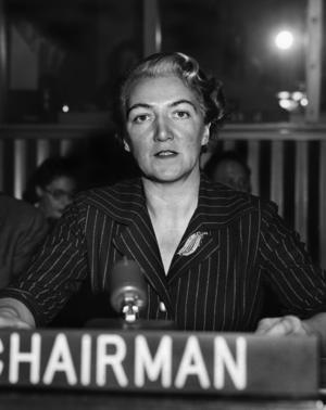 Sveriges FN-ambassadör Agda Rössel vid konferensbordet i FN-högkvarteret i New York 1957 där hon återvaldes som ordförande för FN-kommissionen för kvinnofrågor. Foto: FN Pool / Bonnierarkivet / SCANPIX