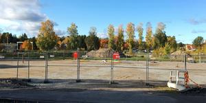 Marken vid gamla idrottsplatsen är redan förberedd, eftersom byggbodar som skulle fungera som tillfälligt kommunhus flyttades dit – och därifrån.