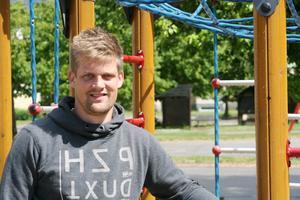 Mikael Noord blir en av fem proffsdomare inom svensk hockey.