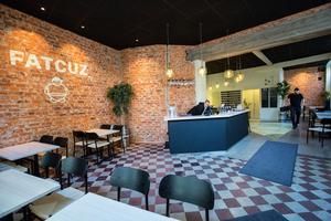 I morgon väntas restaurangen fyllas. Från baren ser man rakt in i köket, där ugnen står.