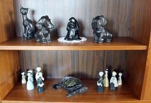 Tre svarta hundar, en svart katt samt sköldpaddan mellan brudföljena är formgivna av Lillemor Mannerheim.