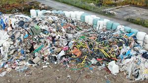 Cirka 10 000 ton osorterade rivningsmassor från företaget NMT finns i Röfors efter en konkurs. De är inte farliga för miljön anser Sydnärkes miljöförvaltning och konkursförvaltaren. Foto: Privat
