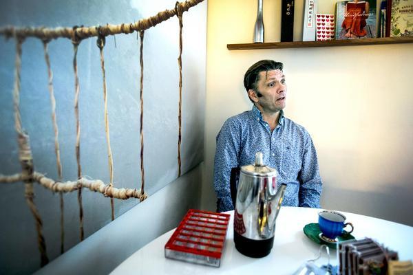 Peter Sahlin hemma i sitt kök.