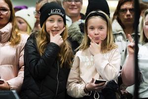 Nellie Edlund och Elina Gunn väntade troget på Idolerna som var en halvtimme försenade på grund av snöovädret.