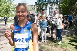 """Elsa Wallenius, Västerås friidrottsklubb, vann damernas 10 kilometer och slog sitt personliga rekord på distansen med drygt två minuter. """"Jätteroligt. Jag är mest nöjd med tiden"""", säger hon."""