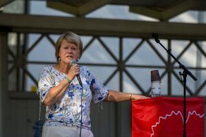 Ulla Andersson (V), fick flera hyllningar av Jonas Sjöstedt för sina insatser i förhandlingsrummet med regeringen under den senaste mandatperioden.