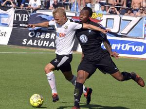 Sebastian Ring här i duell med Malmös tvåmålsskytt Carlos Strandberg.Foto: Conny Sillén / TT /