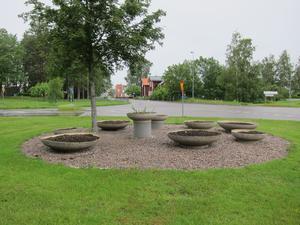 Åtta betongskålar med jord är inte den utsmyckning som gör Fellingsbros södra infart snyggare, enligt insändarskribenten. /FOTO: Sven-Rune Björdin