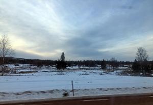 Flera mil innan man når vinterlandskapet kan man bara se lapptäcken av snö.