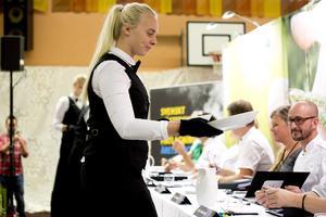 Elever vid restaurangskolan i Härnösand serverar rätterna till den väntande juryn.