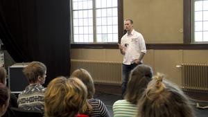 """Daniel Lehmann jobbar för Föreningen Maskroskraft, som ger stöd åt barn, ungdomar och unga vuxna som lever eller har levt i familjer med missbruk, våld eller brist på omsorg. """"Jag fastnade för den aha-upplevelsen han fick, när han inte visste vad hans sons bästa vän hette"""", säger Daniel Gustafsson, elev på Bergslagens folkhögskola."""