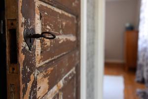Dörrarnas ursprungliga färg har skrapats fram i många rum.