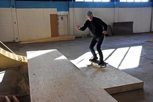 Vissa konstruktioner har kommit en bra bit på väg och Magnus Lindström testar några som ingår i hallbygget.