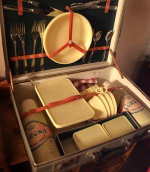 Väskan innehåller allt man kunde behöva för en utflykt på 1950-talet.