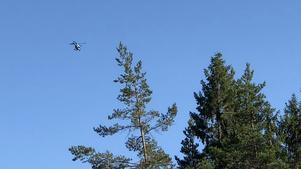 En helikopter deltar i sökandet efter mannen.