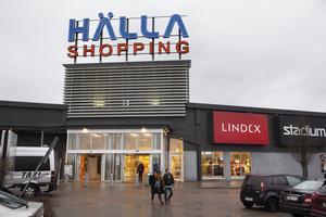 För en månad sedan öppnade foodcourten i Hälla shopping, där H&M tidigare låg. Den har lockat tillbaka barnfamiljerna.