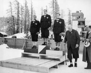 Birger Ruud (t v) på prispallen i St Moritz-OS 1948, tillsammans med segraren Peter Hugsted och trean  Thorleif Schjelderup