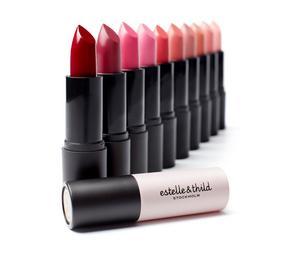 Läppstift är nytt för svenska, ekologiska hudvård - och makeupmärket Estelle & Thild.  BioMineral Cream Lipstick finns i tio nyanser från nude till intensivt röd och är ett läppstift som både sitter länge och vårdar läpparna. Ingredienser som Avokadoolja och Candelillavax, gör läpparna lena och återfuktade.Estelle & Thild. BioMineral Cream Lipstick. 299 kronor.