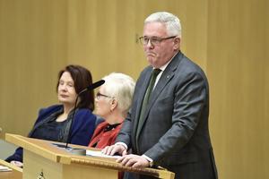 Anders W Jonsson, vikarierande partiledare för Centerpartiet under Annie Lööfs föräldraledighet, kokar av ilska över Moderaternas uppgörelse med Vänsterpartiet.