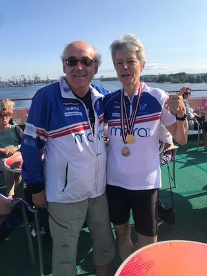 KEA Andersson som jubilerade med sitt 20:e Veteran VM gratulerar dubbla VM-medaljören Kane Andersson som vann guld på medeldistansen och brons på långdistans. Foto: Carina Johansson.