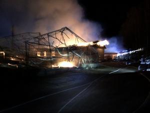 Larmet om branden kom vid klockan 04.48 på fredagsmorgonen. Foto: Räddningstjänsten Orsa