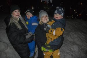 Tove-Li Häll och Emelie Brandén tillsammans med sönerna Albin och Pascual.