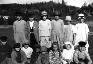 Denna bild hittade vi efter många om och men i ÖP:s tidningslägg. På bilden syns elever vid Kyrkslättens skola i Kall, 1923. Övre raden från vänster: Brita Johansson, Anna Thorn, Mia Norén, Karin Jonsson, Anna Olsén, Maria Holmbäck. Nedre raden från vänster: Olle Olsson, John Persson, Erik Andersson, Karl Olsson, Gösta Isaksson, Hildur Jakobsson, Inga Persson och Birger Andersson.