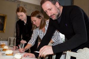 Linneah Scheffler, sommelier, Linda Söderström, ekonomi/drift, och köksmästare Fabien Jacquet, som tävlar om att bli Sveriges främsta konditor i Kanal 5-programmet