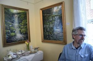 Oljemålningar. Mikael Luth från Danshyttan målar gärna naturmotiv i olja från trakterna häromkring och ställer ut på Kingsgården.