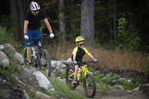 Femårige Anton Johansson cyklade tillsammans med pappa Joakim.