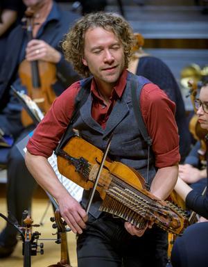 Erik Rydvall i Ale Möller band spelade bland annat musik från vikingatiden på sin nyckelharpa och njöt av tonen lika mycket som publiken.Foto: Lennart Hyse