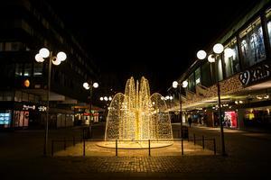 233 000 kronor kostade ljusslingorna till fontänen på gågatan. Belysningen köptes in 2018.