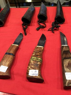 Fina handgjorda knivar var ett av många hantverk på julmarknaden.